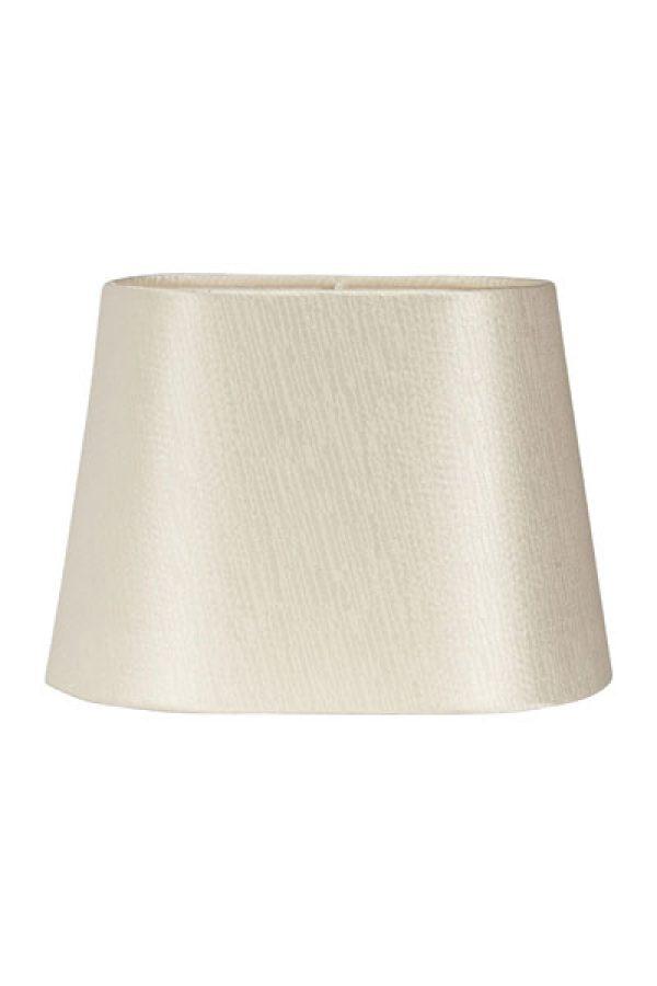 Lampskärm Omera Sidenlook Glint Pearl. Lampskärm Omera från PR Home här i ett underbart tyg med siden look. Skärmen finns i flera olika färger och storlekar. Lampskärmen ger ett behagligt sken och är lätt att matcha med olika lampfötter. Storlek 20 cm och 23 cm har klofäste. Storlek 27 cm har E27 ringfäste. Lampskärmens ovala form gör den lättplacerad på de flesta fönsterbrädor.
