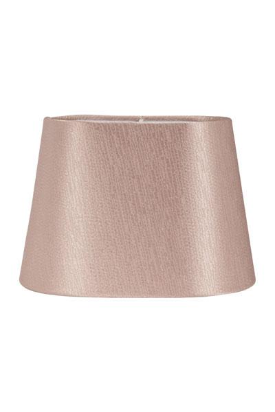 Lampskärm Omera Sidenlook Glint Rose. Lampskärm Omera från PR Home här i ett underbart tyg med siden look. Skärmen finns i flera olika färger och storlekar. Lampskärmen ger ett behagligt sken och är lätt att matcha med olika lampfötter. Storlek 20 cm och 23 cm har klofäste. Storlek 27 cm har E27 ringfäste. Lampskärmens ovala form gör den lättplacerad på de flesta fönsterbrädor.