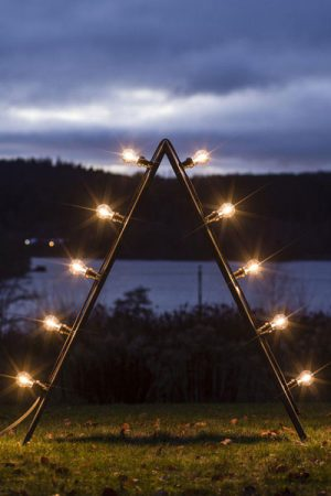 Bright Ljusstake med klara LED lampor. Bright ljusstake i Cortenstål. Ljusstaken tillverkas i Sverige och levereras i sin ursprungliga mörkgråa stålfärg. En rostig yta bildas långsamt när produkten får stå utomhus och efter en tid är hela ljusstaken rostig och ger ett varmt intryck. Ljustaken levereras med ljusslinga och 10 st Bright klara ljuskällor. Sockel E27. 1Wx10. Lampa som ingår: Bright LED Filament Clear 60 mm. 1W, 2200K, Ra80, A+.