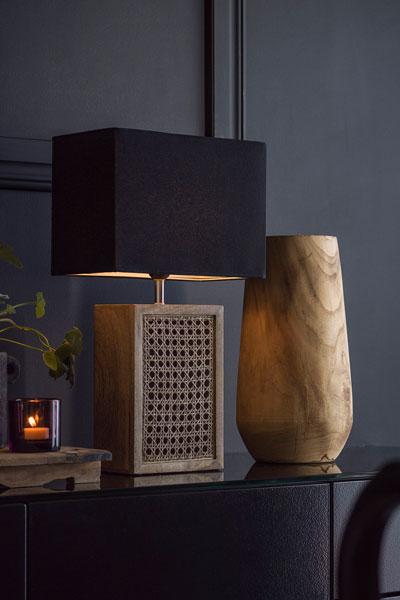 Bordslampa Ceylon Skärm Rakel Svart. Lampfot i trä med flätad rotting keramik med rektangulär skärm Rakel. Lampfoten har 1,5 meter sladd med strömbrytare. Sockel E27. Max25W Lampskärm Rakel är i svart bomull och har en ljus insida och E27 ringfäste.