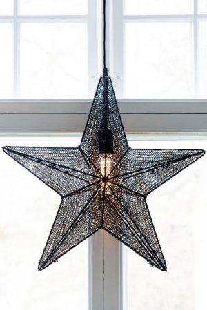 Stjärna Orion Svart. Vacker stjärna i svart metallnät som finns i två storlekar. Metallnätet ger stjärnan ett vackert sken. Stjärnan har 3,5 meter svart textilkabel med väggkontakt. Sockel E27. Max 25W.